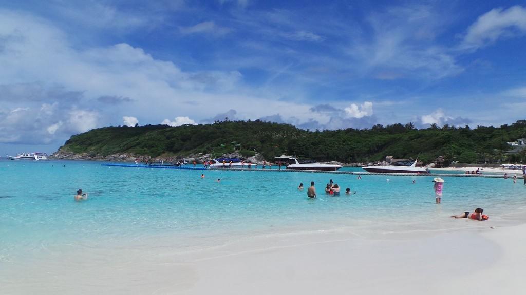 หาดทรายขาวน้ำสีสดใส เกาะราชาใหญ่