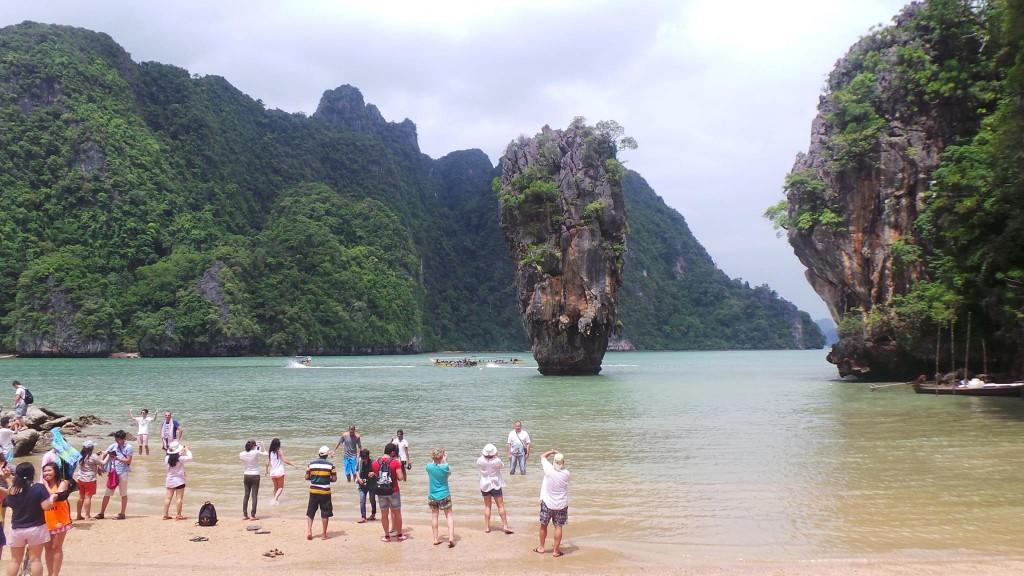 เหล่าบรรดานักเที่ยวถ่ายรูปเกาะตะปู