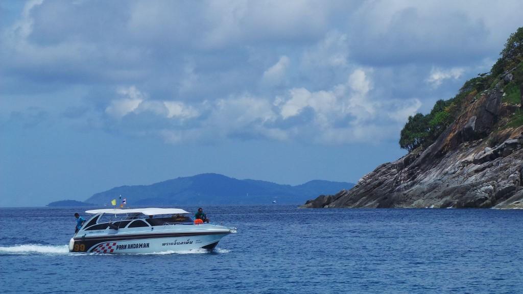 เรือ Speed boat กำลังมุ่งหน้าเข้าเกาะเฮ