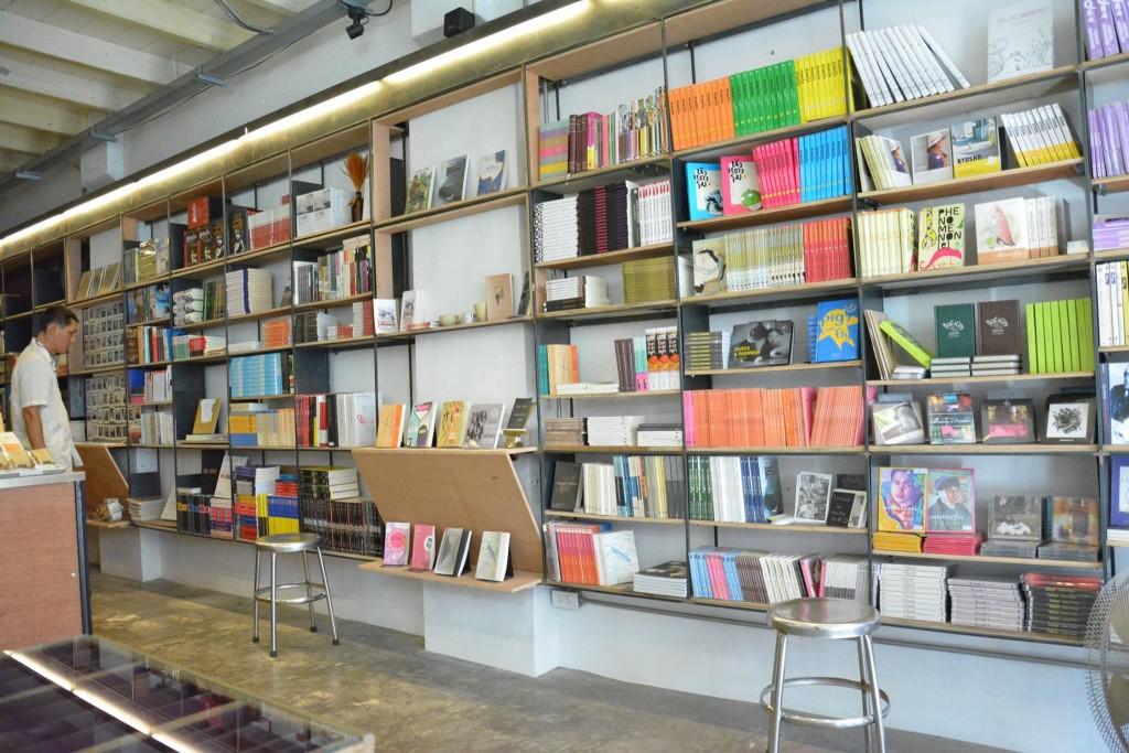 ชั้นวางหนังสือมากมายหลายแบบ