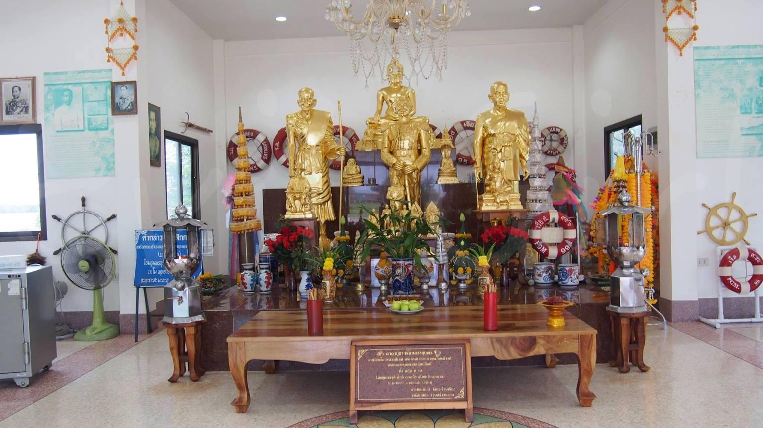 พระพุทธรูปและพระบรมรูปกรมหลวงกรมหลวงชุมพรเขตอุดมศักดิ์งามอร่าม