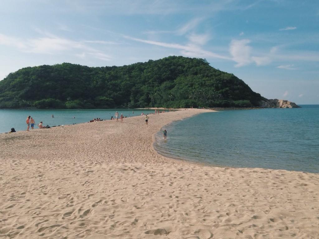 ทะเลแหวกไปยังเกาะม้า สามารถเดินข้ามไปได้ทั้งวัน