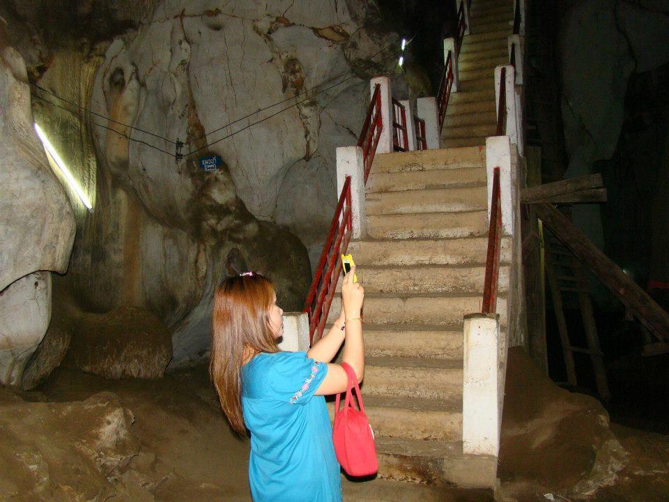 """มีหินงอนคล้าย มีนมผา เป็นพระธาตุตั้งอยู่กลางลานในถ้ำ ผนังถ้ำเป็นหินงอกหินย้อย สดใสแวววาวสกาวพร่างยามต้องแสงไฟ เย็นชื้น สบายใจ อยู่ในเขตหมู่บ้านสหกรณ์ 2 ตำบลบ้านสหกรณ์ อำเภอแม่ออน จังหวัดเชียงใหม่ เดินทางได้ทางรถยนต์ สะดวกตลอดปี ห่างจากตัวเมืองเชียงใหม่ประมาณ 40 กม.  เป็นถ้ำขนาดใหญ่บนเทือกเขาหินปูนโดด ๆ โดยรอบเป็นเทือกเขาที่มีโครงสร้างหินหลายชนิด ส่วนใหญ่เป็นหินชั้น และหินแปร ทางเข้าถ้ำเป็นบันไดลึกลงสู่เบื้องล่างมีโถงถ้ำขนาดใหญ่ มีหินงอกหินย้อยที่งดงาม ตรงกลางโถงถ้ำเป็นหินงอก """" พระธาตุนมผา """" เป็นสิ่งศักดิ์สิทธิ์ประจำถ้ำ ผนังถ้ำประดิษฐานพระพุทธรูปปางสมาธิ และพระนอน ภายในถ้ำแห่งนี้เคยเป็นสถานที่ปฎิบัติธรรมวิปัสสนากัมมัฏฐาน ของครูบาศรีวิชัย และบริเวณปากถ้ำมีรูปปั้นครูบาศรีวิชัย และสถูปอัฏฐิของท่าน รวมทั้งมีพระพุทธรูปประดิษฐานอยู่ด้วย ปัจจุบันมีนักท่องเที่ยว เฉลี่ยประมาณวันละ 50 - 60 คน  อยู่ในความรับผิดชอบของ วัดถ้ำเมืองออน และหมู่บ้านสหกรณ์ อยู่ในเขตพื้นที่ อบต. บ้านสหกรณ์  การเดินทาง จากทางหลวง เส้นสันกำแพง - น้ำพุร้อน ห่างจากอำเภอ สันกำแพง ประมาณ 17 กิโลเมตร มีทางแยกเข้า ถนนคอนกรีต ระยะทางประมาณ 1.5 กิโลเมตร"""