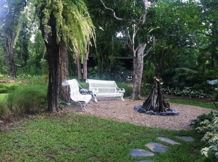 สวนกว้างๆ มีที่นั่งเอาท์ดอร์ให้ชมบรรยากาศธรรมชาติอย่างใกล้ชิด