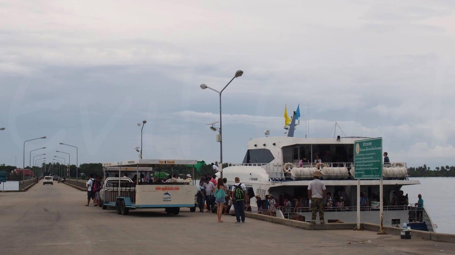 เรือรับ-ส่งนักท่องเที่ยวไปยังเกาะ