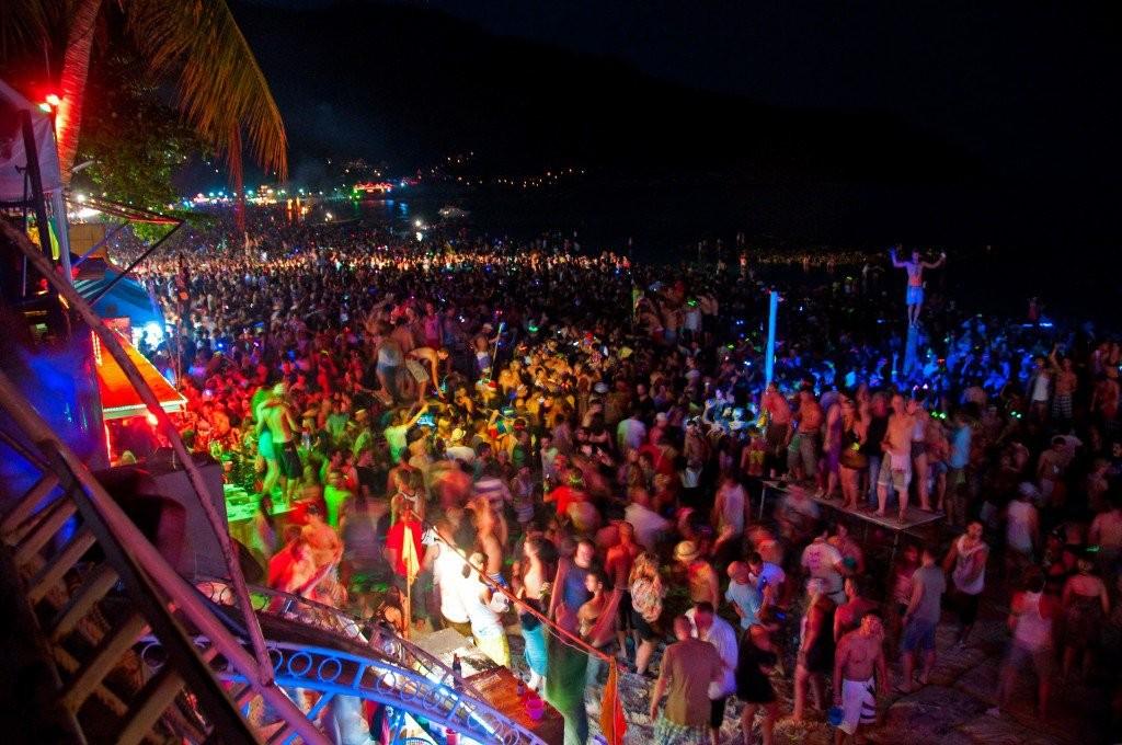 บรรยากาศความสนุกบนเกาะพะงัน ภาพสวยๆจาก www.ultimate.travel/