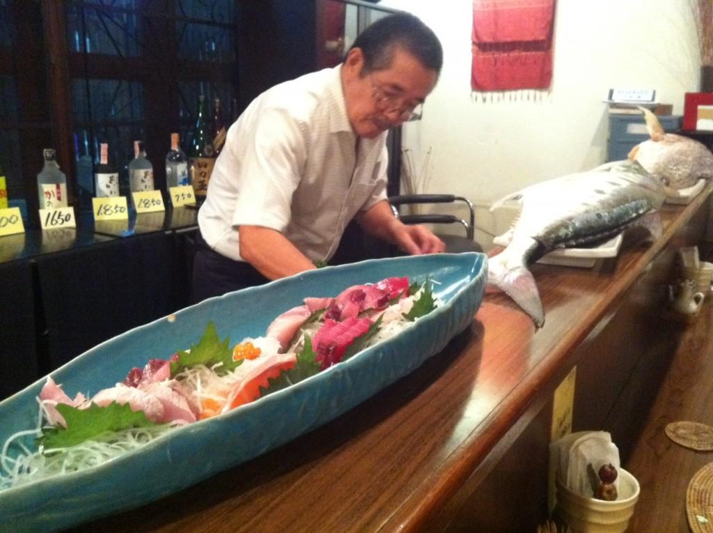 เชฟคนญี่ปุ่น กับปลาสดๆ ทำให้เห็นกันสดๆ ที่นั่งหน้าบาร์
