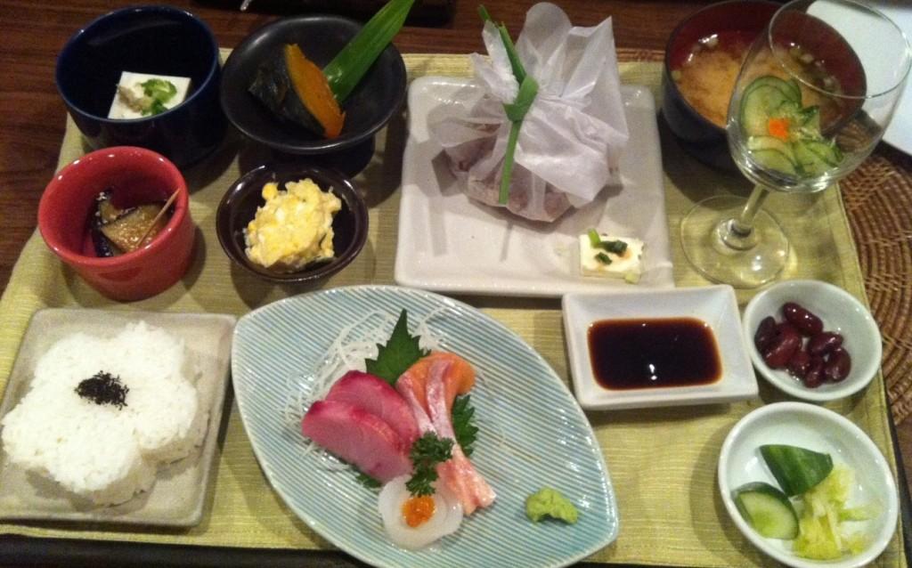 ในเซทมีซาชิมิ เครื่องเคียงต่างๆ หมูผัด มาพร้อมชีสอร่อยมาก และข้าวญี่ปุ่น