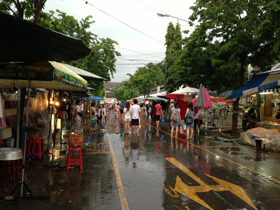 ตลาดนัดจตุจักร-ฝนตก