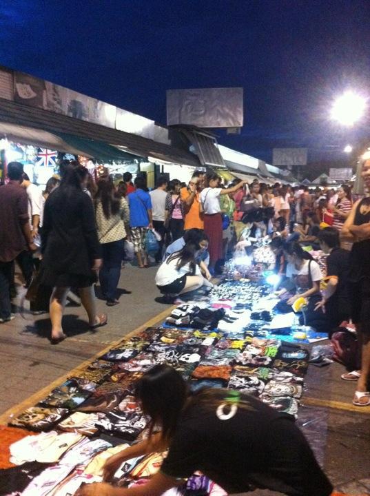 ตลาดนัดจตุจักร-สินค้ามากมาย