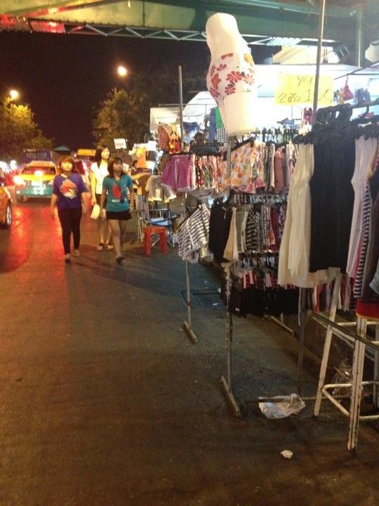 ตลาดสะพานพุทธ -สินค้าเพียบ