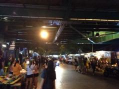 ตลาดสะพานพุทธ -ใต้สะพาน