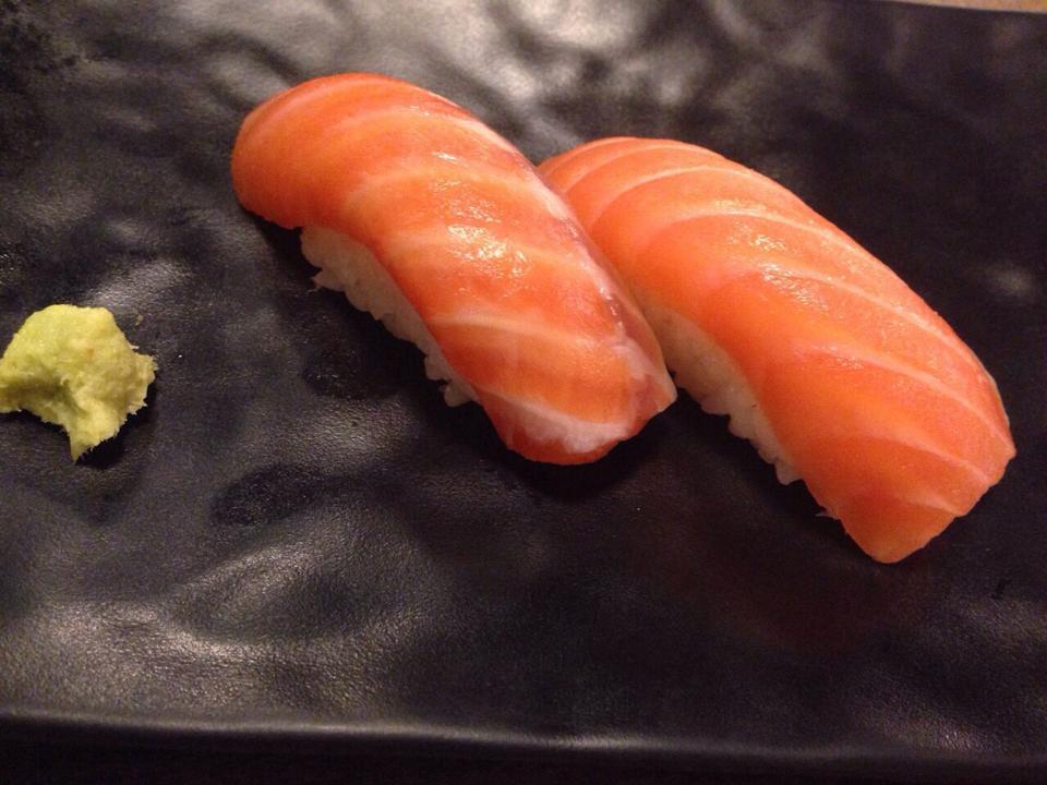 ข้าวปั้นหน้าปลาแซลม่อน
