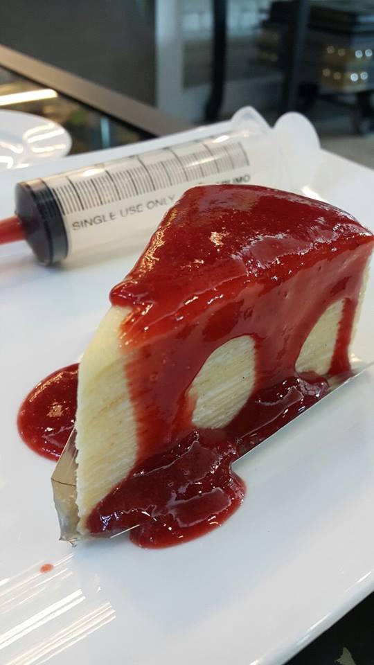 เคธีเดอะวิธช์ทีรูม -เครปเค้ก ครีมวานิลามาดากัสการ์ ซอสเลือด