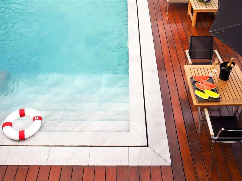 โรงแรมวี กรุงเทพ-สระว่ายน้ำ