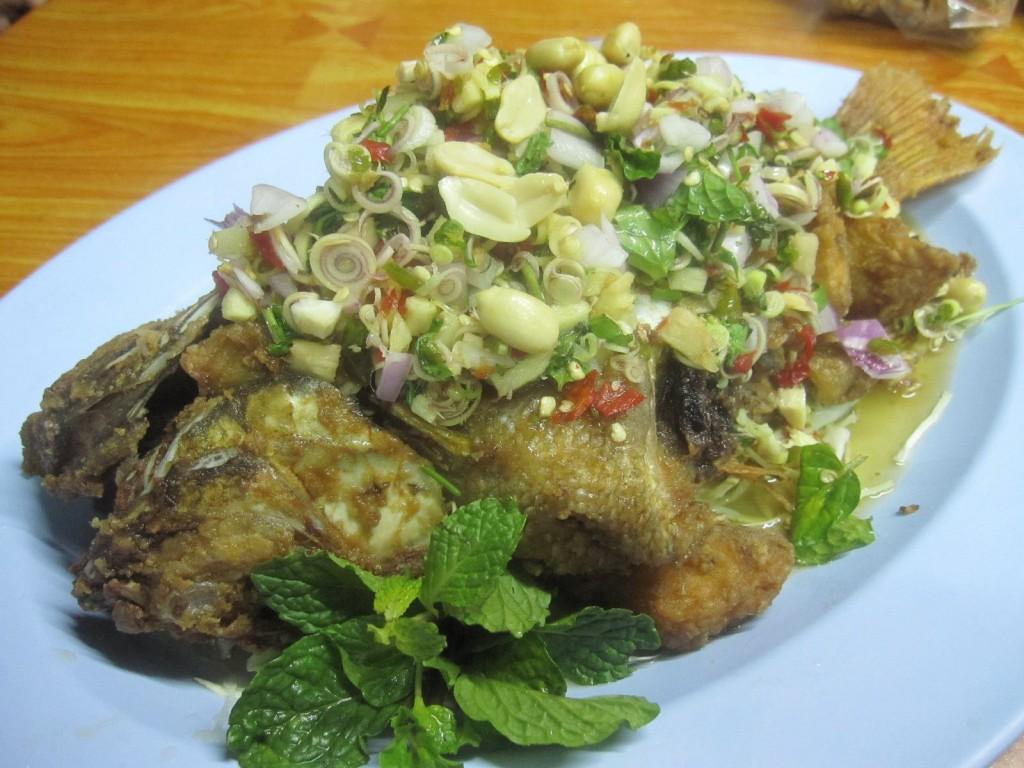ร้านครัวกาสะลอง-ปลาทับทิมทอดยำตระไคร้