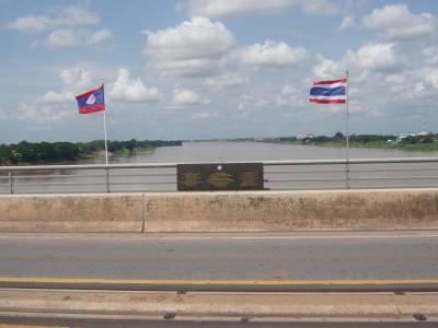 สะพานมิตรภาพ ไทย-ลาว-จุดกึ่งกลางสะพาน