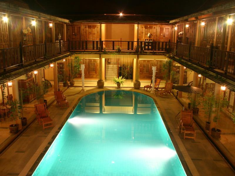 โรงแรมเรือนไทย-ค่ำคืน