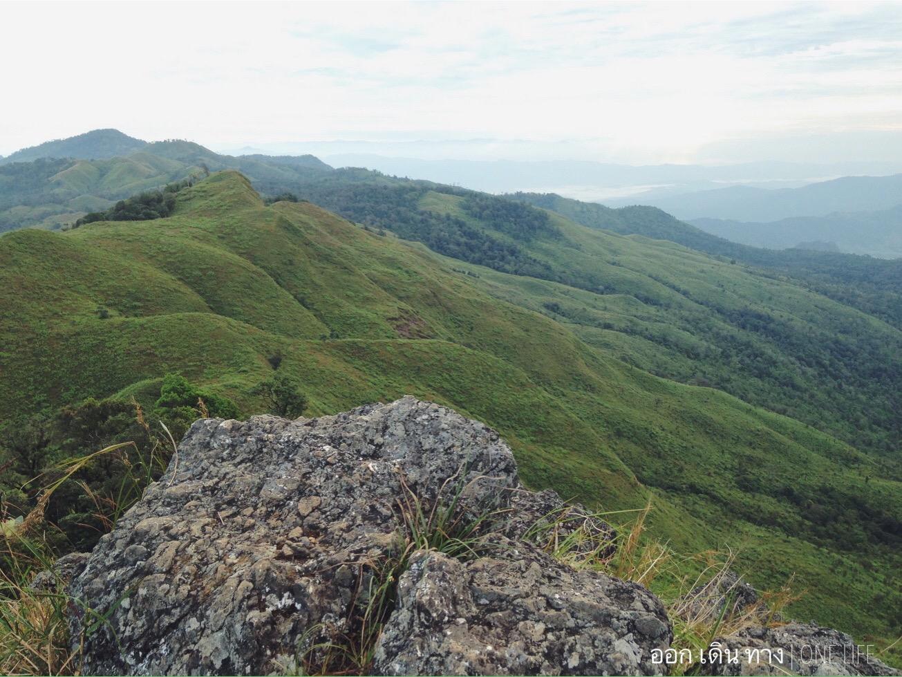ภูลังกา จัวหวัดพะเยา ความสูง 1,720 เมตร มองเห็นภูเขาที่เคยเป็นไร่ฝิ่นในอดีต