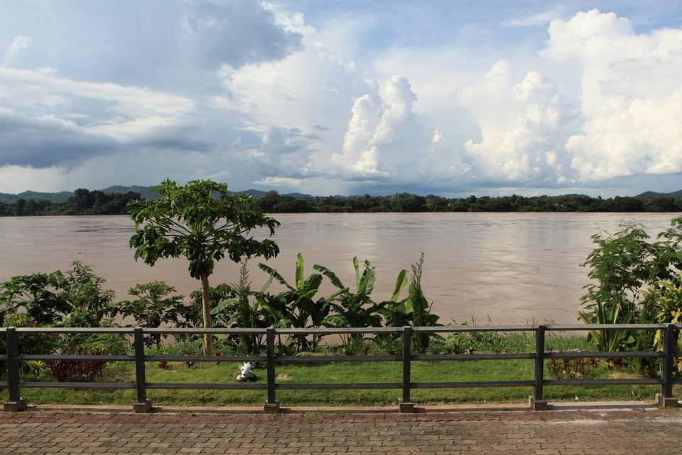 เฮือนเก่าเมืองเชียงคาน-ถนนเลียบเเม่น้ำโขง