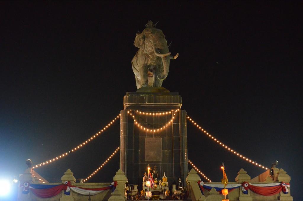 10 ที่เที่ยวสุดแนวของบุรีรัมย์-พระบรมราชานุสาวรีย์